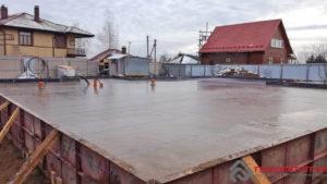 Уже как-то было написано, что рабочий в день заливки бетона худеет на 3 кг. Очень тяжелая работа.