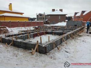 Поэтому на заливке бетона всегда усиление. Для разгона бетона требуется много сил и рук.