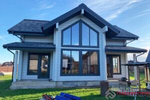 Красивый дом с большими окнами.