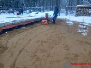 Трамбовка песка под засыпку вокруг.